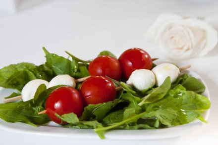 Mozzarela sa mini rajčicama na rikuli 01